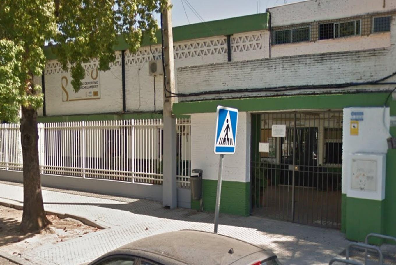 Centros deportivos para ni os en sevilla for Piscina rochelambert