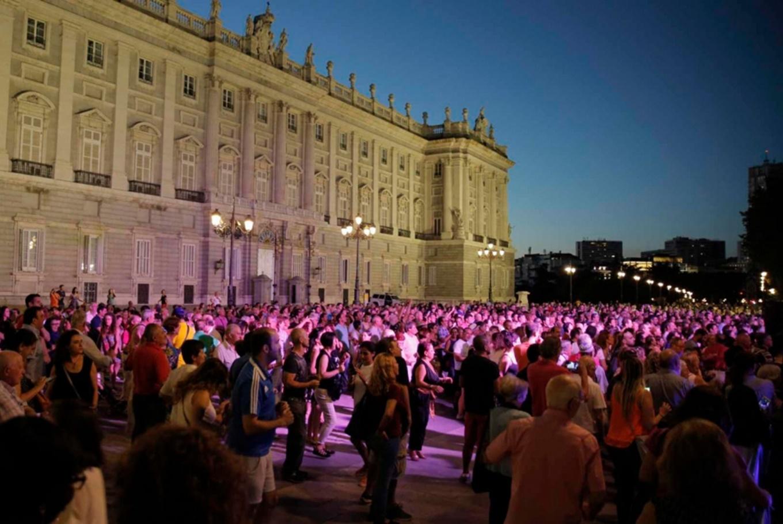 Bailar en la calle en Palacio Real de Madrid (Madrid)