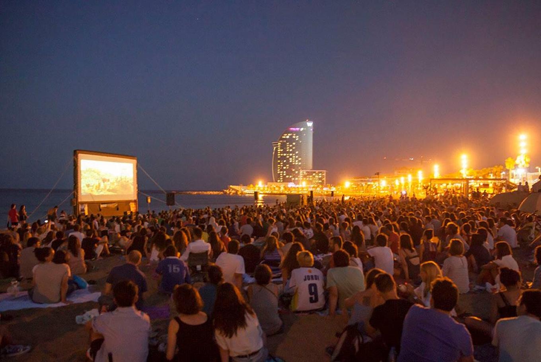 'Cinema Lliure a la platja' en Playa de la Barceloneta (Barcelona)