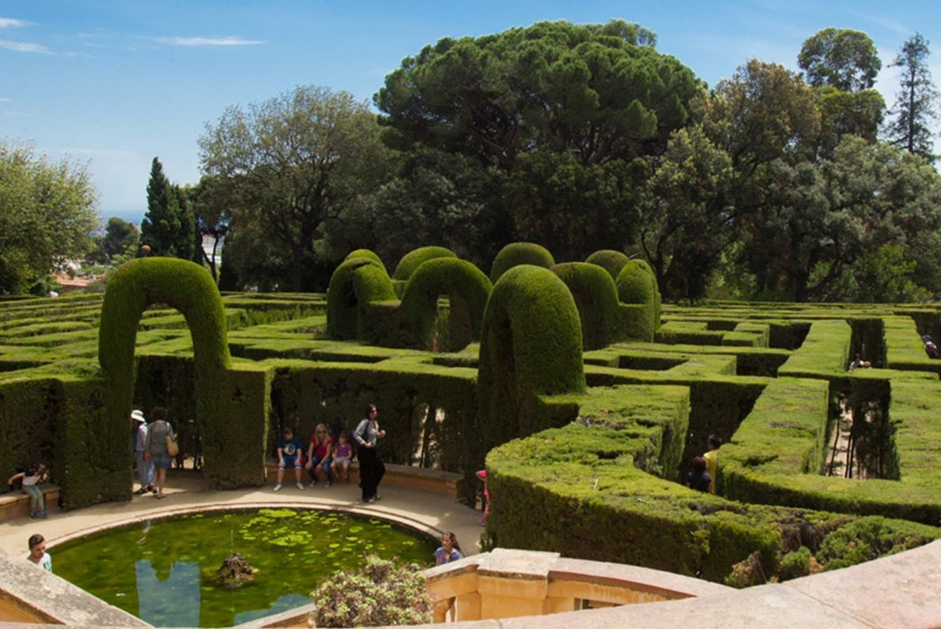 Visita familiar al Laberint d'Horta en Parque del Laberint d'Horta (Barcelona)